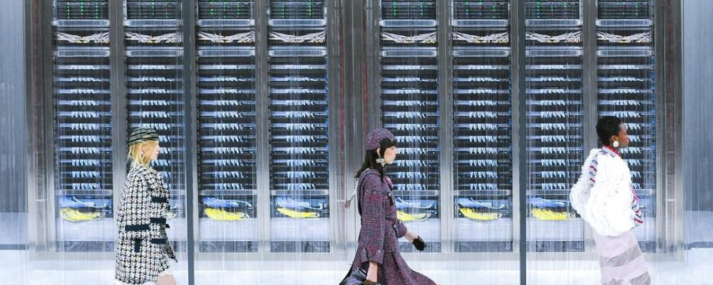 Los robots de Chanel desfilan sobre la recreación de un centro de datos en París